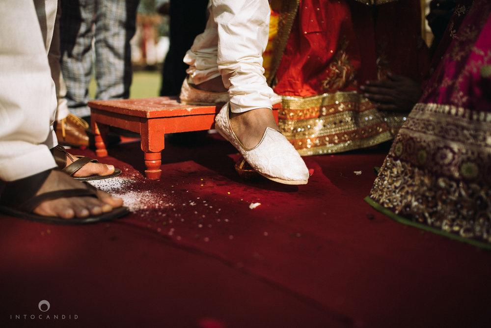 candid_wedding_photographer_mumbai_outdoor_gujarati_wedding_photographer_ketan_manasvi_52.jpg