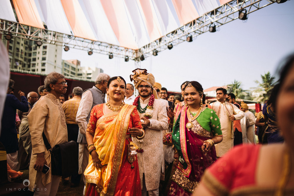 candid_wedding_photographer_mumbai_outdoor_gujarati_wedding_photographer_ketan_manasvi_53.jpg