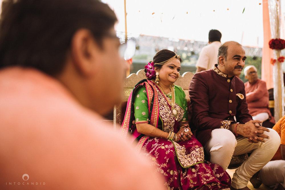 candid_wedding_photographer_mumbai_outdoor_gujarati_wedding_photographer_ketan_manasvi_55.jpg