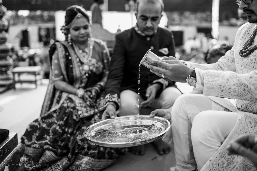 candid_wedding_photographer_mumbai_outdoor_gujarati_wedding_photographer_ketan_manasvi_57.jpg