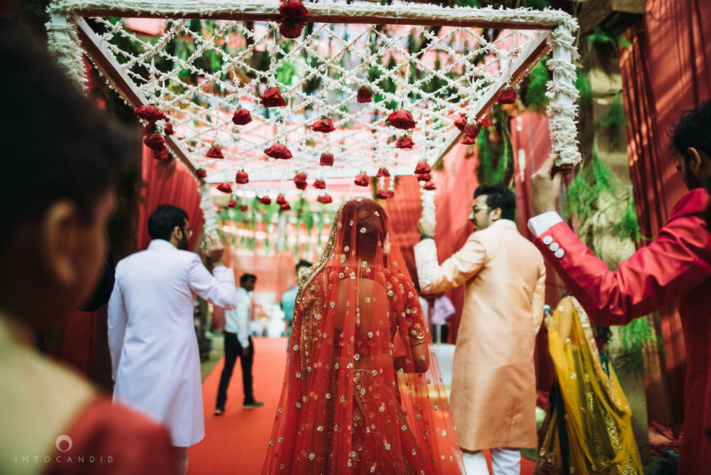 candid_wedding_photographer_mumbai_outdoor_gujarati_wedding_photographer_ketan_manasvi_60.jpg