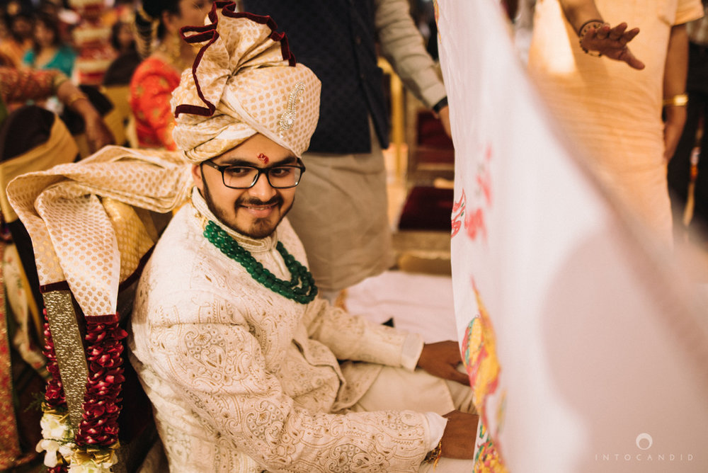 candid_wedding_photographer_mumbai_outdoor_gujarati_wedding_photographer_ketan_manasvi_61.jpg