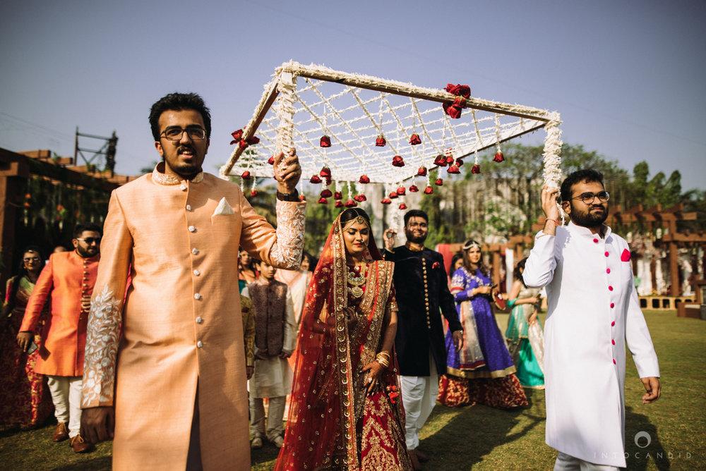 candid_wedding_photographer_mumbai_outdoor_gujarati_wedding_photographer_ketan_manasvi_62.jpg