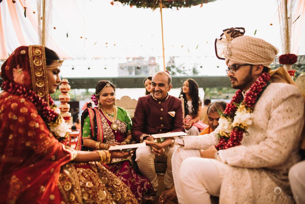 candid_wedding_photographer_mumbai_outdoor_gujarati_wedding_photographer_ketan_manasvi_63.jpg