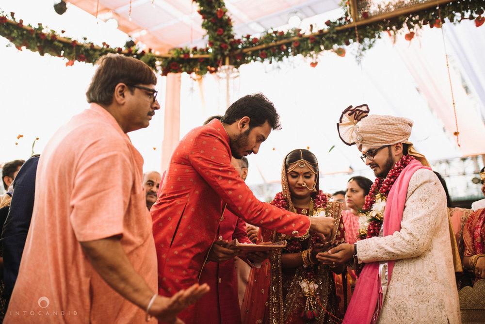 candid_wedding_photographer_mumbai_outdoor_gujarati_wedding_photographer_ketan_manasvi_65.jpg