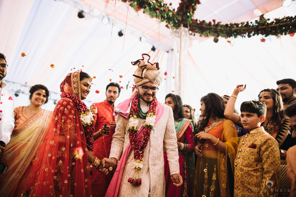 candid_wedding_photographer_mumbai_outdoor_gujarati_wedding_photographer_ketan_manasvi_66.jpg
