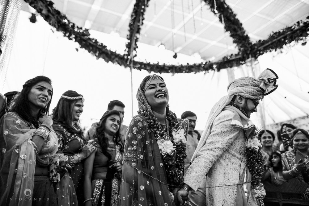 candid_wedding_photographer_mumbai_outdoor_gujarati_wedding_photographer_ketan_manasvi_68.jpg