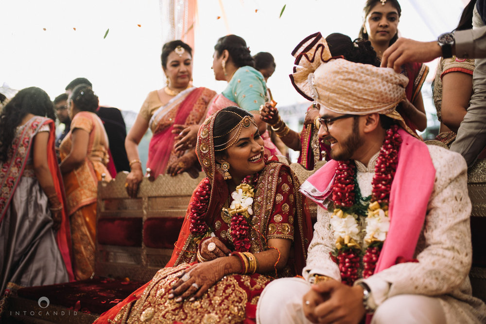 candid_wedding_photographer_mumbai_outdoor_gujarati_wedding_photographer_ketan_manasvi_71.jpg