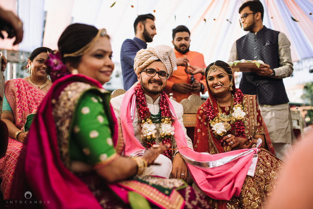 candid_wedding_photographer_mumbai_outdoor_gujarati_wedding_photographer_ketan_manasvi_74.jpg