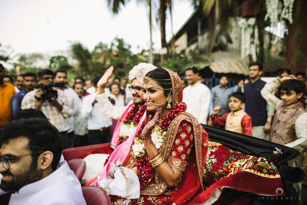 candid_wedding_photographer_mumbai_outdoor_gujarati_wedding_photographer_ketan_manasvi_80.jpg