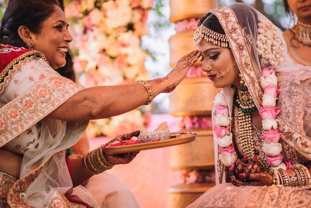 Candid_wedding_photographer_in_mumbai_45.JPG
