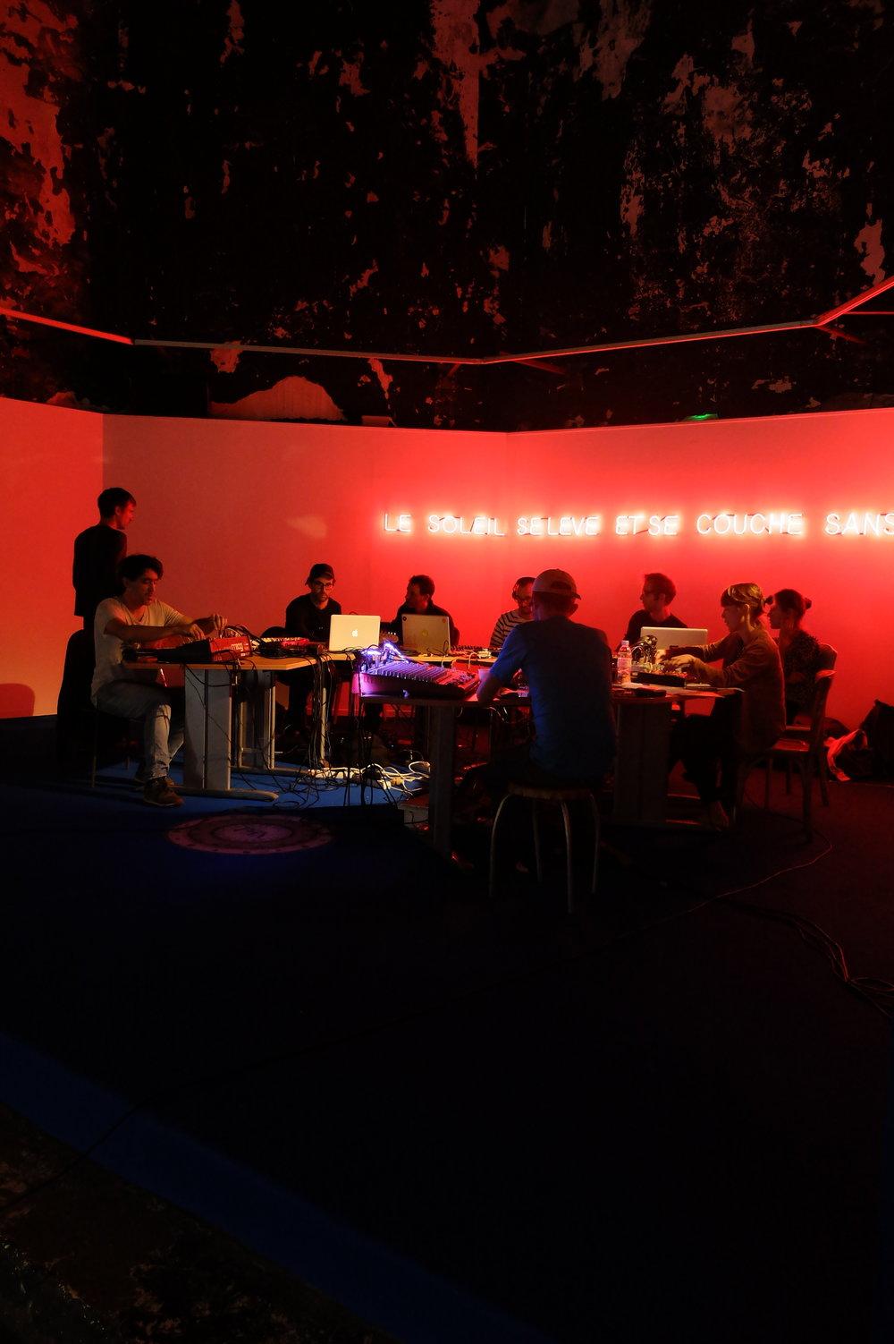 Concert live du CORIOLIS SOUNDS SYSTEM dans le cadre de l'installation LE SOLEIL SE LÈVE ET SE COUCHE SANS OBSTACLE (octobre 2015) organisée par The Tropicool Company dans la Chapelle du Quartier-Haut à Sète.