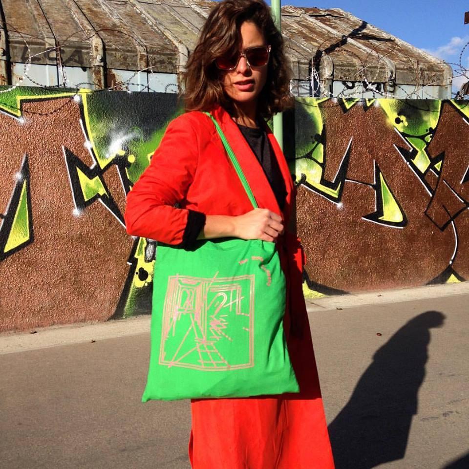 La Secrétaire Perpétuelle de The Tropicool Company avec le tot-bag Tropicool conçu par SYNDICAT