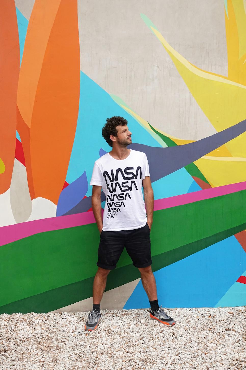 Le Président-Fondateur devant la fresque   À l'orée d'une île inhabitée   de Florian Viel réalisée au centre d'art le CNEAI à Chatou sur l'île des impressionnistes, juin 2016.