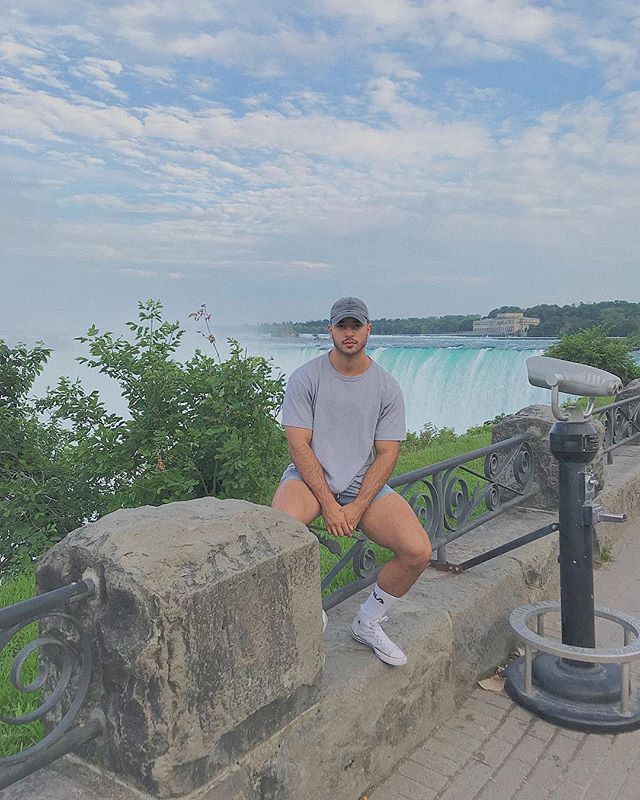 THE BREATHTAKING NIAGARA FALLS  Cascate del Niagara .  Un nome da film ,un nome che senti e immagini cosa potrebbe essere, un nome e posto che sogni di poterci andare un giorno.  Quel giorno è arrivato , partito da Toronto da solo ho vissuto una delle esperienze più belle della vita , un posto che toglie il fiato  Si ringrazia il fotografo gentile signore conosciuto per strada 😊