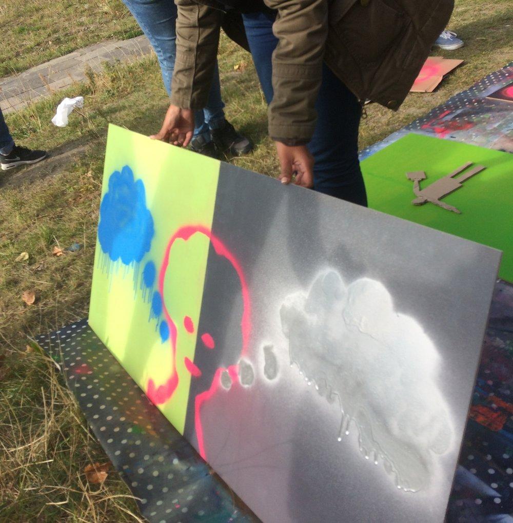 Binnen de workshop streetart wordt er door de deelnemers sjablonen gemaakt die hun thema uitbeelden. Daarna verwerken zij dit met de spuitbus verf op het doek of board.