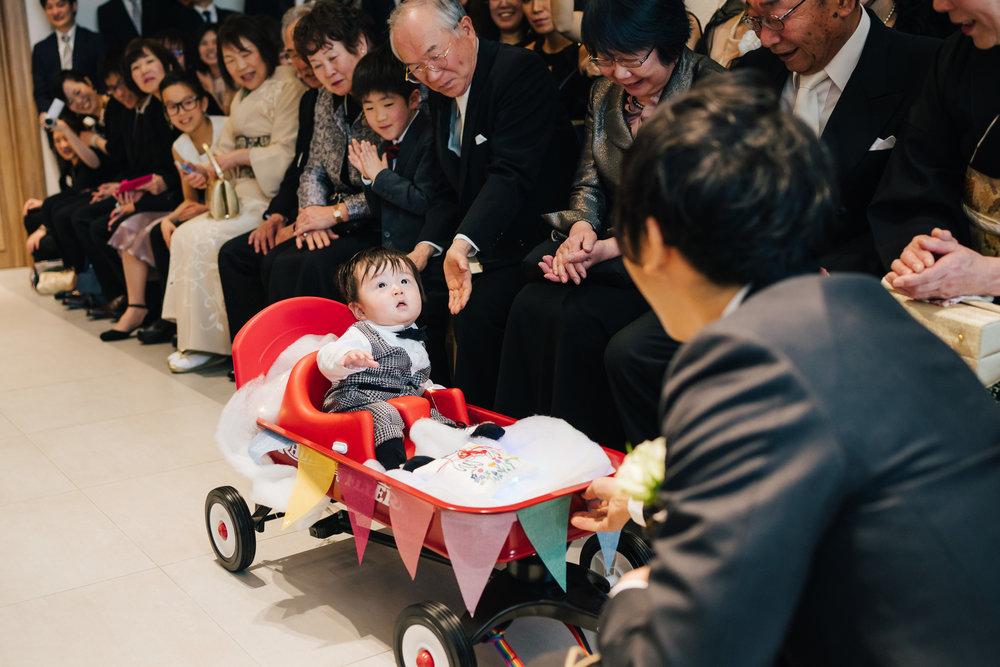 挙式ではなんと、可愛い甥っ子くんがキャリーカートに乗ってリングボーイをつとめてくれました!