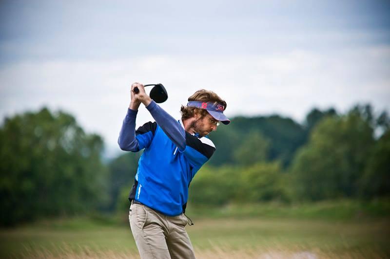"""Peter Bronson    """"Adam jest jednym z moich najlepszych przyjaciół. Z dnia na dzień stara się być coraz lepszy i jestem przekonany, że dzięki niemu golf w Polsce będzie się rozwijał.""""   Petera znam od 2005 roku i sporą część swojej filozofii nauczania i życiowej zawdzięczam właśnie jemu. Kilkukrotnie wygraliśmy drużynowy turniej PGA Teamplay i niejeden wieczór dyskutowaliśmy o granicach wszechświata."""