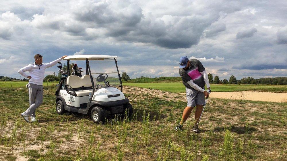 """Pawel Piotrzkowski    """" Najlepszą rzeczą w Adamie – trenerze jest to, że wierzy w swoich wychowanków i pomaga im osiągnąć najniższy możliwy HCP niezależnie od ich początkowych umiejętności. Poza tym Adam jest doskonałym kompanem do gry w golfa, wyjazdów golfowych oraz całonocnych rozmów o golfie.""""    Paweł jest dość mocno oderwany od rzeczywistości. Wygrał w tym roku klasyfikację netto w Mistrzostwach Polski Mid-amatorów w Krakowie, a dowiedział się o tym... dojeżdżając do Warszawy."""