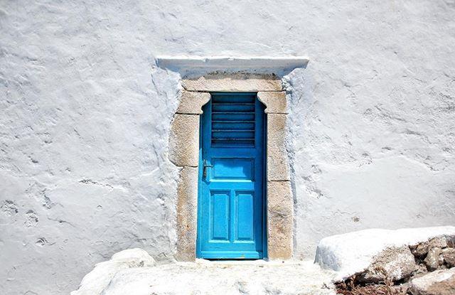 """A veces el amor te azota la puerta en la nariz, y si vuelves a tocar te escupe en la cara. A veces te abre pero no te mira, y te deja en la calle dónde solo silba el viento de la soledad. Es que nadie nos advierte que el amor es primo del rencor. Algunos dicen que cuando una puerta se cierra, otra se abre; eso lo dijo un estúpido que buscaba una rima. La realidad es que cuando una puerta se cierra hay dos más que se azotan. Y ahí en el frío nos toca admirar fachadas y puertas. A veces son paredes hermosas con interiores terribles, a veces son puertas viejas que esconden jardines. A veces se nos olvida que las paredes blancas son las que más fácil se ensucian, que los muros más altos son los que antes se derrumban. Y todo se aprende en la esquina de la calle del amor y la calle del dolor. Y sí, la calle es empedrada, es hecha de todos los corazones que se volvieron piedra. Es que es más fácil odiar que amar, porque es más sencillo querer… que soltar. 🎶 Léela escuchando: """"Jóhann Jóhannsson - A Model of the Universe� (Link en Bio) 🎶 💮 #NapkinTales #BrevísimosRelatos 💮"""