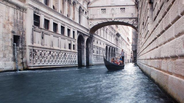 """—¿Suspiraste? —preguntó mi compañero de celda. Mi mente viajó a una memoria distante. """"No suspires, no suspires"""" pensé mientras me acercaba al famoso puente, después de cruzarlo no volvería a ver la luz; era el último vistazo a Venecia, una última oportunidad de decir adiós. """"No suspires. No le rindas homenaje a esta maldita ciudad."""" Las esposas y cadenas me molestaban. El blanco y negro de mi uniforme me daba comezón, es que a quién le enorgullece ser atrapado. Me encontraron culpable por un crimen que sí cometí. Aunque tal vez no valió la pena, he descubierto que la venganza parece deliciosa pero tiene sabor amargo. —Sí suspiré —contesté. —Lo sabia, maldito mentiroso. Un suspiro. Un acto tan sencillo que hasta un puente lleva su nombre. Pero, ¿qué no un suspiro es un grito del aire intentando ser liberado? Soltamos el aire porque no lo podemos detener. La respiración es nuestra más grande maestra que nos enseña a tomar y a dejar, a sentir y a soltar. Contenemos la respiración como si quisiéramos retener todo dentro pero la emoción se desborda y entonces soltamos todo, dejamos ir lo que llevamos dentro. Nos convertimos en humanos, porque los dioses no respiran. Y yo no soy un dios, yo solo soy un tipo imperfecto que suspira. —¿Por qué suspiraste? —me pregunta. —Lo hice por estar pensando en otra cosa. —¿En qué? Habla, no queda mucho tiempo. —En lo sencillo que es perder de vista lo que tienes… Ese día perdí mi libertad, algo que pensé que nadie podría quitarme. Es que es fácil ver lo que no tienes, pero es muy difícil ver lo que te sobra. —Claro, es sencillo pensar en todo lo que nos falta. —Pero has pensado que en este instante hay alguien queriendo algo que tú tienes, hay alguien queriendo vivir lo que tú vives. Tal vez hay alguien que prefiere estar dentro de esta celda a estar con frío en las calles. —Es cierto… hay peores jaulas que esta. Toqué los barrotes y dije: —No hay peor cárcel que la que no sabes que te encierra. Los dos suspiramos. —El suspiro es la m"""