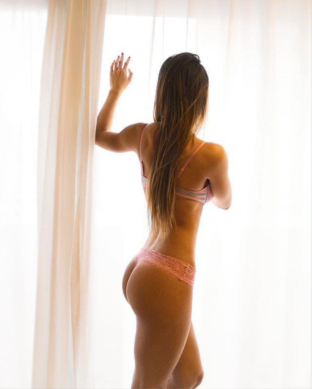 """A la Mujer del Siglo XXI. Lleva el pelo corto o llévalo largo, haz lo que tú prefieras. Sé enfermera, doctora o ingeniera, sé lo que tu corazón quiera. Anda desnuda o tapada, vive como te sientas cómoda. Deja el trabajo por tus hijos si es lo que tú quieres, o sé la mejor en todo, si consideras que puedes. Disfruta de tener sexo, o llega virgen al matrimonio, puedes conocer tu cuerpo o quererte con esos kilos de más. Puedes ser todo, y no pidas permiso. Forma una familia, o adopta un perro, sé soltera, o cásate a los cuarenta. Sé lo que tú quieras ser, pero sé feliz. Tienes permiso de llorar, o puedes contener tus emociones. Puedes sentir todo o no decir nada. Puedes ser débil o puedes ser fuerte. Sé todo lo que quieras, pero primero sé algo que nadie más puede… sé tú misma, mujer. 🎶 Léela escuchando: """"Giuliano Poles - I Believe"""" 🎶 💮 #NapkinTales #BrevísimosRelatos 💮"""