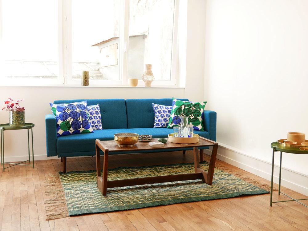 Datcha - collection Mogador.Tapis vert, coussin bleu et vert motif floral