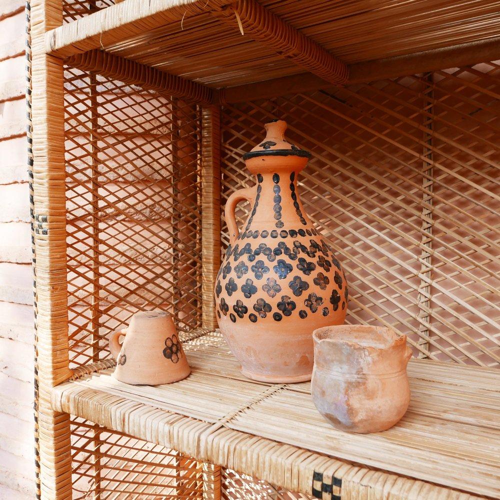 Poterie traditionnelle berbère décorée de motifs géométriques noirs à l'huile de cade