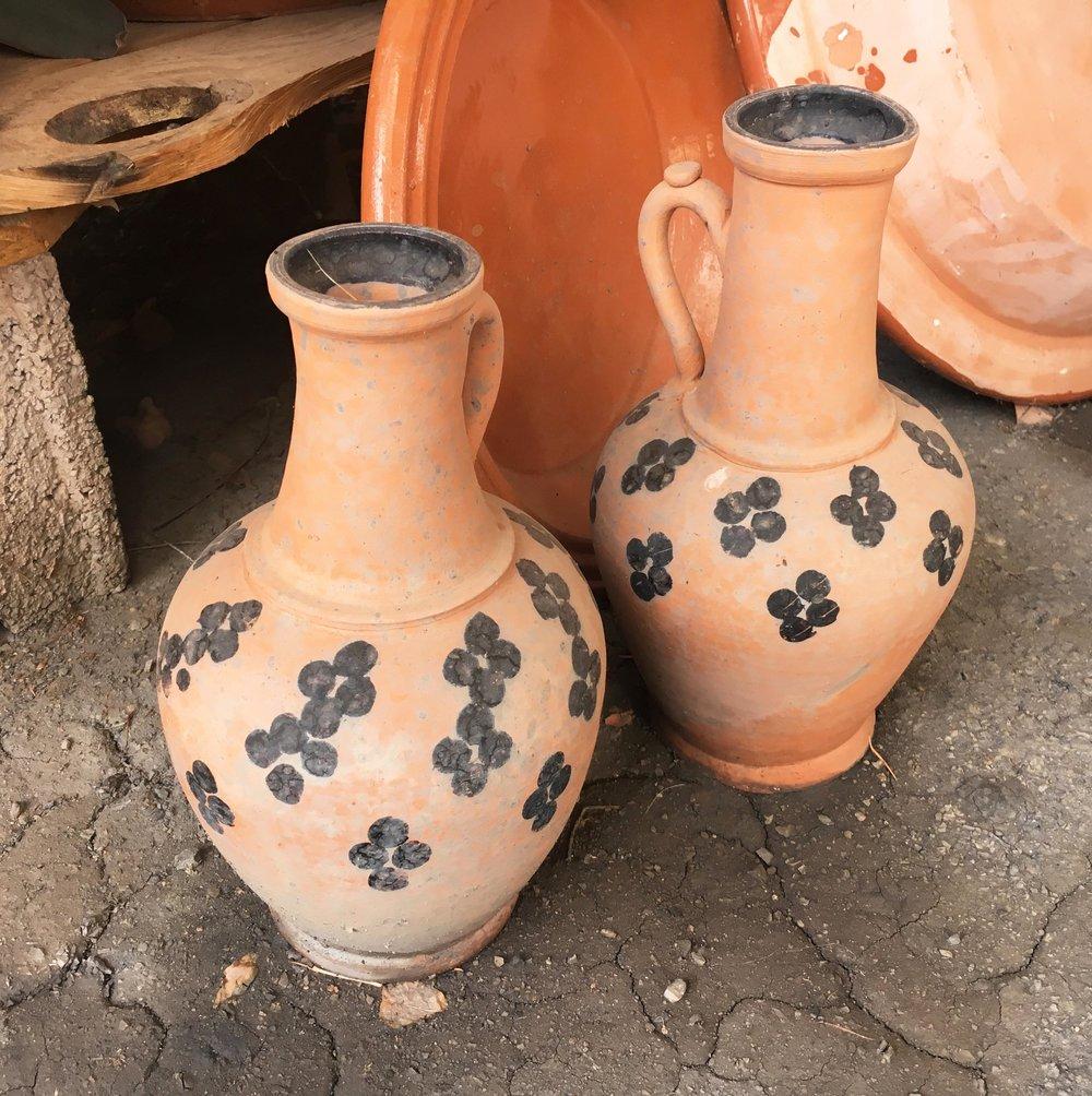 Datcha - céramiques marocaines décorées de frises géométriques noires à l'huile de cade