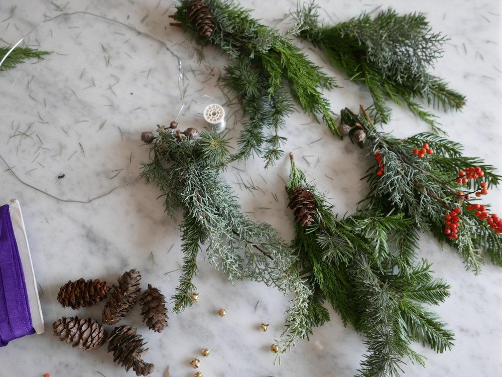 Couronne de Noël. Assemblage des feuillages. Datcha