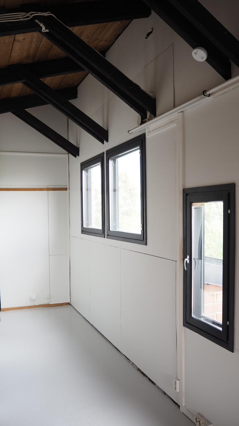 Ensimmäinen eteiskuva. Hissinovi on ikkunoita vastapäätä.