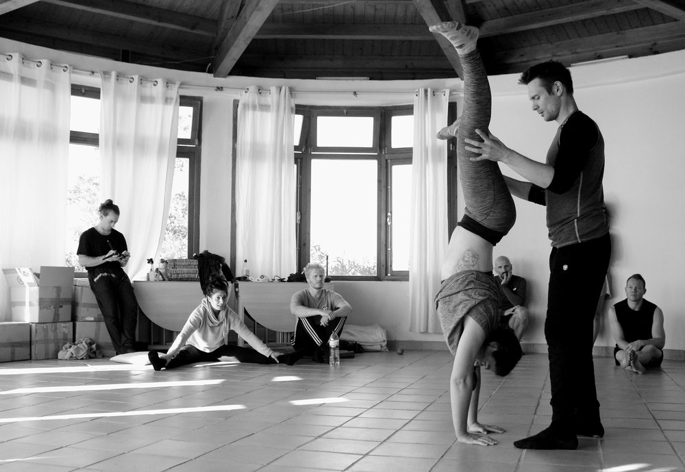 Inertia Retreat_Sunday Morning_Mikael Handbalancing_Seve_3bis.jpg