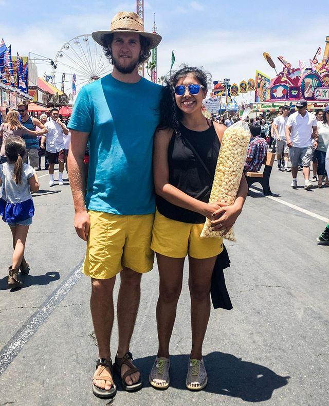 No celebramos San Valentin, pero si coordinamos nuestros shorts, playeras, zapatos, o lo que se puede. 😅  We don't celebrate Valentine's but we do wear matching shorts, t-shirts, shoes, or whatever we find. 😝  #theadventureteam . . . . . #diversifyoutdoors #strandedonland #explorando #explora #brownpeoplecamping #mexicanos #mixyourshot #exploreeverything #sandiegofair #fakevanlife #latinooutdoors #exploreeverywhere #vanlife #latinosenusa #digitalnomadcouples #mexicanostravel #womenontheroad #brownpeoplecamping #acampando #vamosafuera #mexicanostravel #descubre #theoutbound #acampar #campamento #senderismo #encuentratuparque