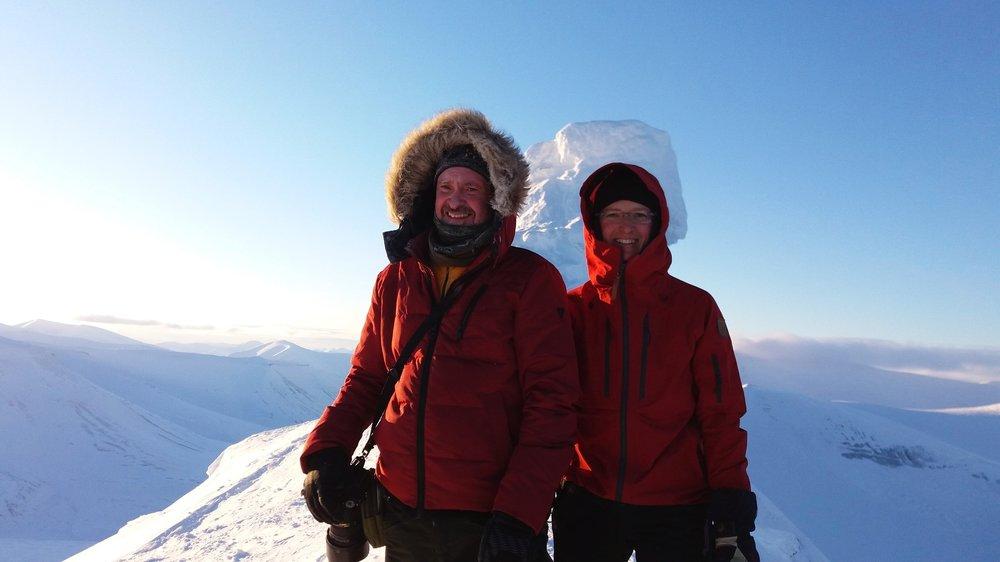 Samarbete på topp. Fotografen  Karl Vilhjálmsson  och Lina Laurent har samarbetat i över tio år. Våren 2018 gjorde de en reportageresa till Svalbard. Reportagen publicerades bland annat i  Hufvudstadsbladet .