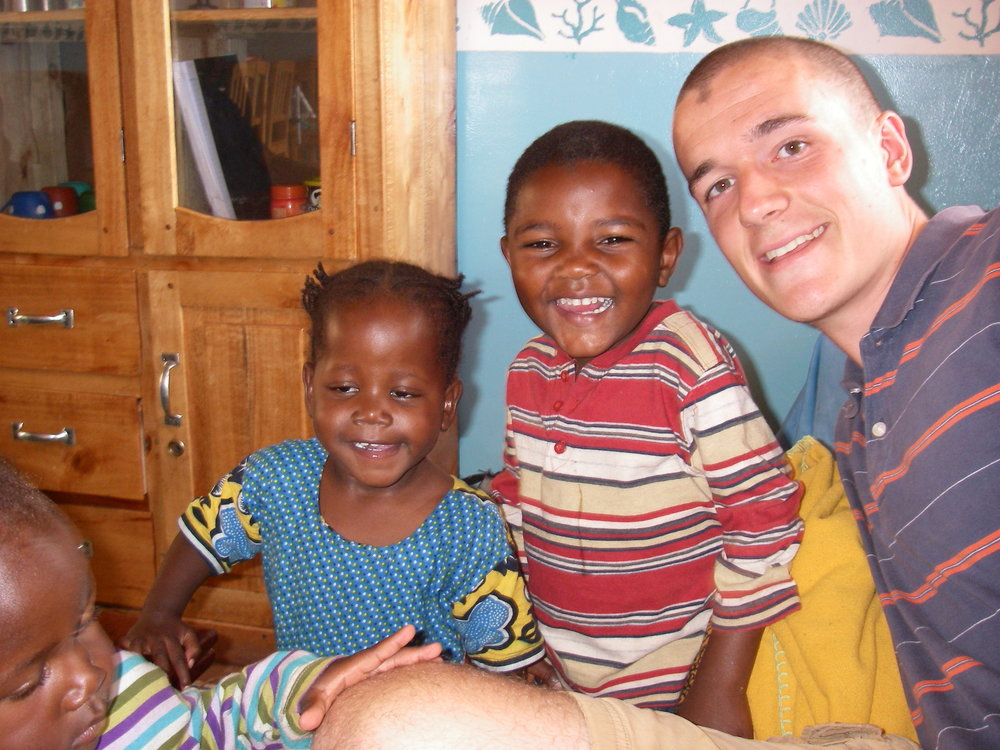 BVC Mvimwa 2009 Ben DeMarais with orphans.JPG
