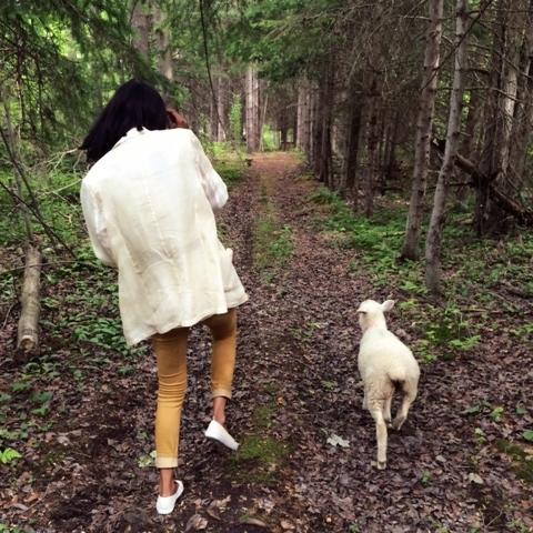 Leonora Gangadeen-King  —Agente de liaison au développement communautaire  Leonora est chercheuse en pédopsychiatrie à l'Hôpital général juif, où elle vise à promouvoir la résilience et les approches en santé mentale fondées sur l'autonomie. En tant que membre de la coop «Tiger Lotus » (TLC) de Montréal, elle aide également à animer des ateliers éducatifs et des services de soins de santé gratuits tout en favorisant un environnement favorable. L'un de ses principaux objectifs est de palier à l'isolement et de développer les communautés. Fille d'une femme immigrante indo-guyanaise, Leonora s'engage à contribuer à sa communauté, sachant que les privilèges qu'elle a acquise n'auraient pas été possibles sans la générosité et la force des autres.