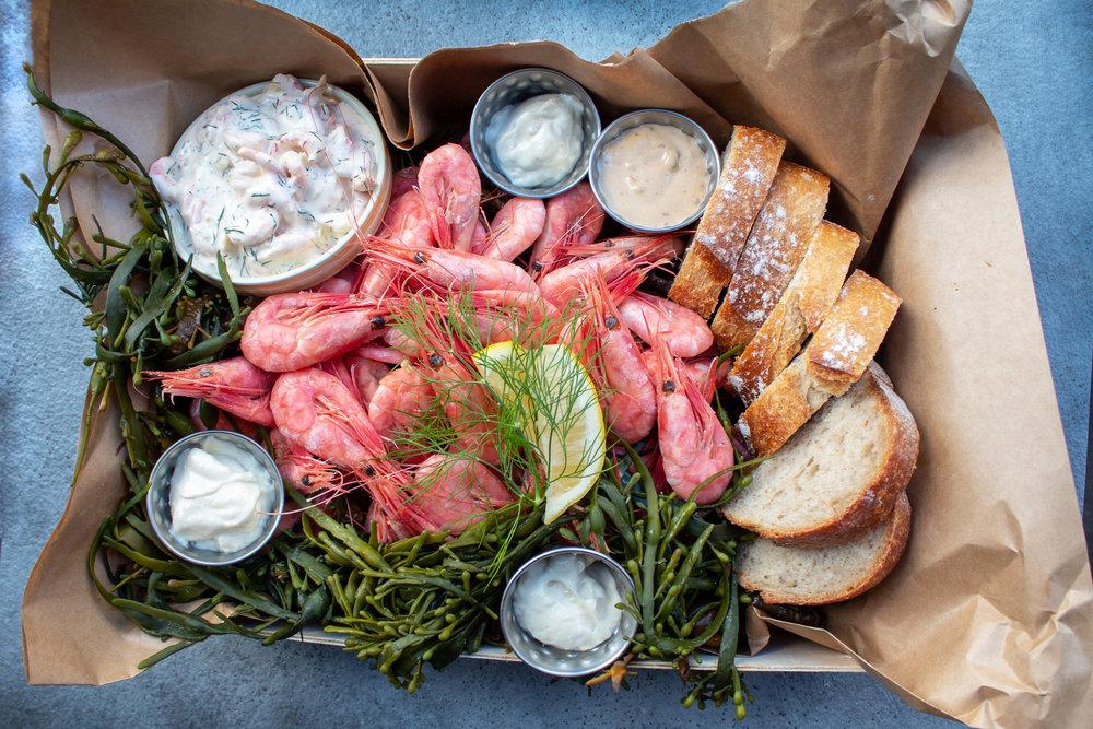 Rekefest - Ferske reker med nydelig brød fra åpent bakeri, skagen salat, chipotlemajones, aioli, estragonkrem, majones, sitron og dill.Minimum 4 personer369 kr/person