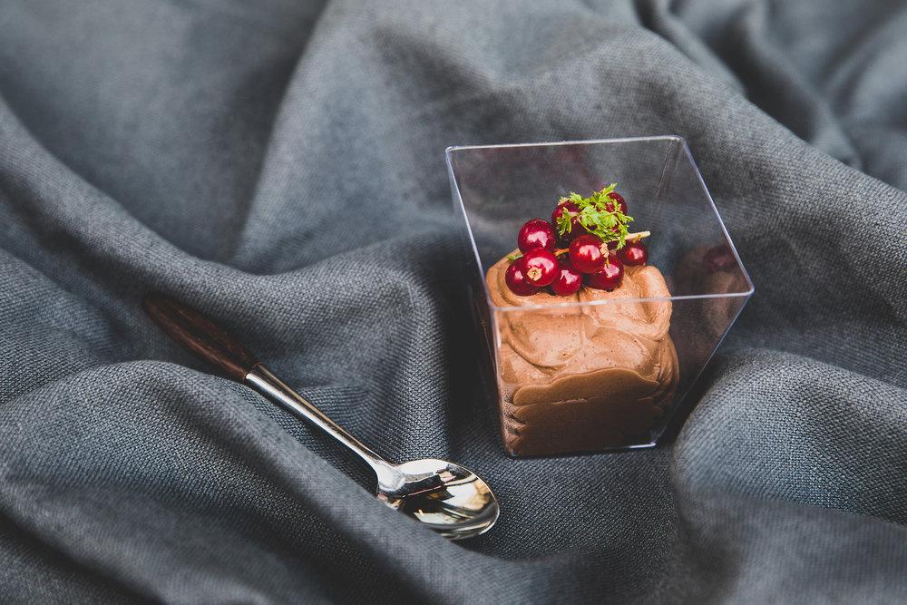 Sjokolademousse - Veg mellom pasjonsfrukt topping, ferske bær eller bringebærsaus.Pris stor 89 kr, liten 49 kr