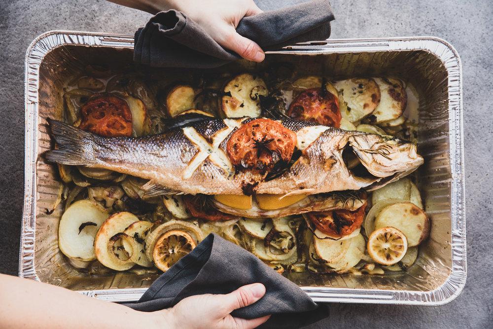 Helgrillet fisk - Dere velger/vi anbefaler hvilken fisk som er i sesong, serveres med sesongens grønsaker. Velg mellom gremolata, sesongens ferske salsa og kald rømmesaus.Vi gjør alt klart, det er bare å sette maten i ovnen.Kontakte oss angående pris.