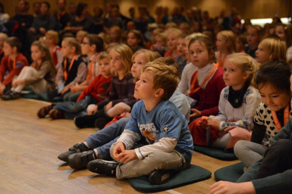 Gespannt hören die Kinder zu. (c) LIVA/A. Röbl