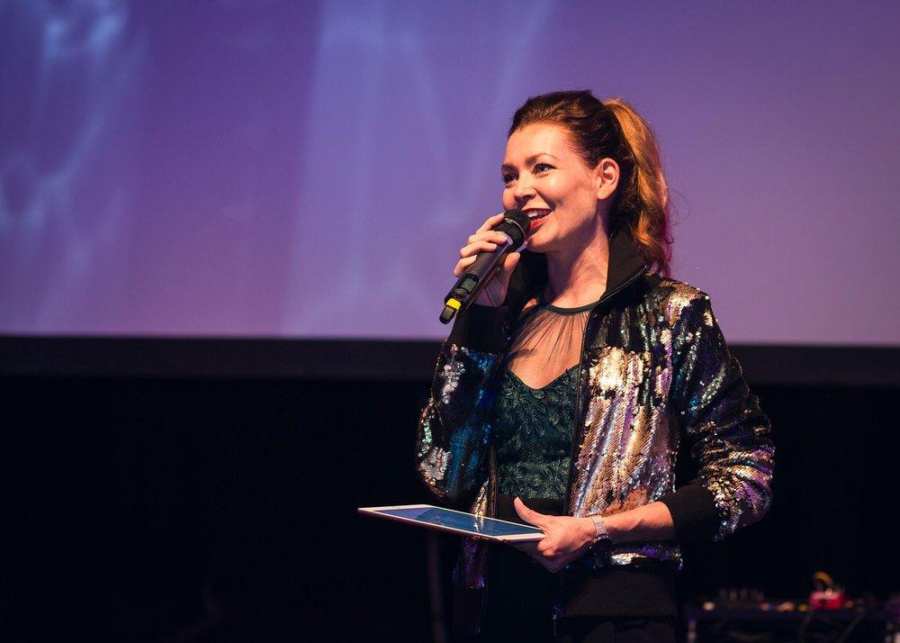 Tapahtuman juonsi Saija Palin. © Kerttu Penttilä