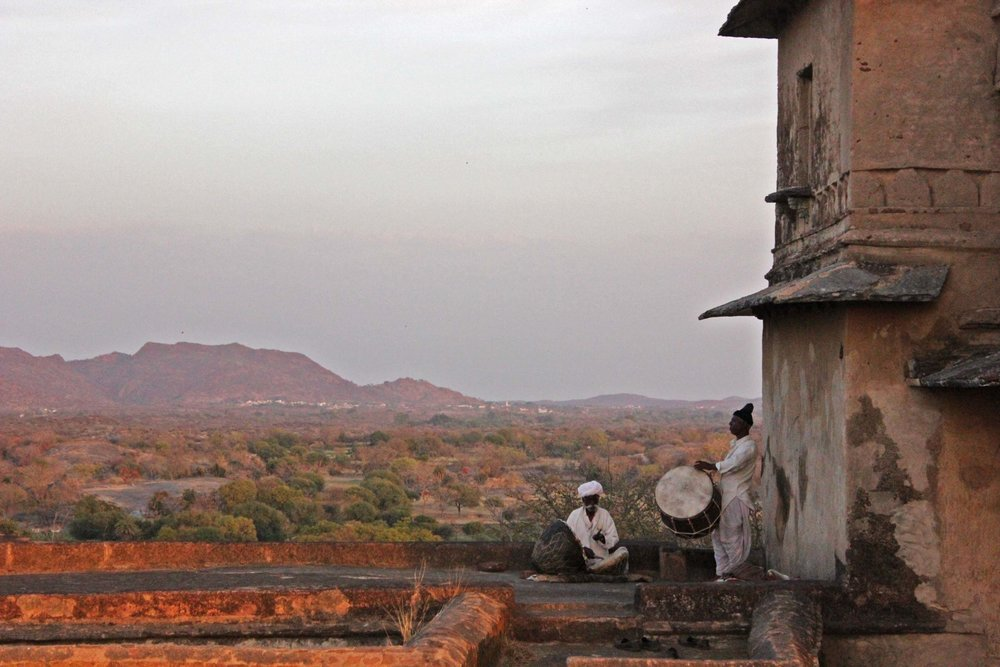 As the sun slowly set from Anjana Fort, we were greeted by the sound of drums, which turned out to be an evening salute performed by musicians from the village who had served the palace years ago!