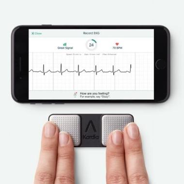 Med nytt EKG apparat tar det et halvt minutt å gjennomføre undersøkelsen.