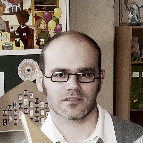 bruno dierickx - geboren op 18 oktober 1973, wonende te Ekeren – Antwerpens t u d i e s• in 1991 afgestudeerd aan GIB te Brasschaat• studentenjobs bij Stijn Peeters en partners, Lier• als architect in 1996 afgestudeerd aan het Henry Van De Velde Instituut teAntwerpen• cursus landschapsarchitectuur• diverse cursussen/studies (o.a. brandveiligheid)w e r k e r v a r i n g• sinds 1996 praktijkervaring• 2 jaar architect-stagiair bij Jo Crepain Architect nv, Kapellen• 8 jaar zelfstandig architect bij Jo Crepain Architect nv, Antwerpen• 5 jaar zelfstandig architect bij Crepain Binst Architecture nv, Antwerpen• sinds maart 2012 zelfstandig architect bij Markant architecten• diverse openbare en privé projecten van ontwerp over aanbesteding tot enmet werfopvolging en oplevering• sinds 2012 ervaring met DBFM-projecten (specifiek : Scholen Van Morgen)• diverse projecten, zowel nieuwbouw, renovatie, inrichting, meubilair,buitenaanleg als verbouwing en dit voor scholen, kantoren, woningen,appartementsgebouwen en commerciële ruimtes• deelname diverse ontwerp- en DBFM-wedstrijden• ervaring met overheidsopdrachten