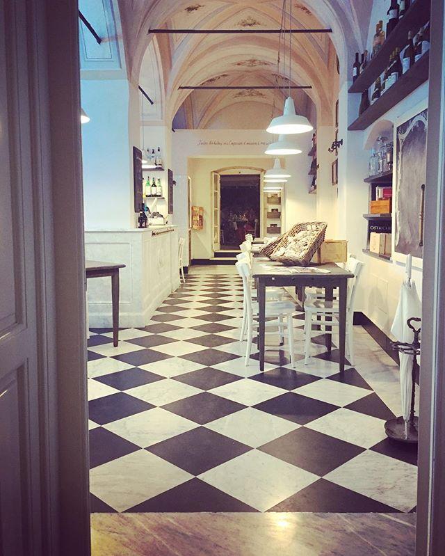 Black & White marble floor inviting you for a dinner. 🖤 . #santamargherita #marblefloor #blackandwhitefloor
