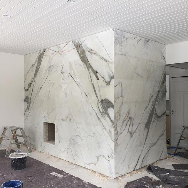 Muuri valmistumassa | Beauty in the making 🖤 . #estremoz #estremozmarble #marmori #takka #muuri #aleksinkivi #luonnonkivi