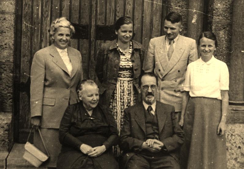 Hinten, v.l.n.r.: Hildegard, Adelheid, Johannes und Gertrud, Vorne: Elisabeth und Rudolf Wucherer.