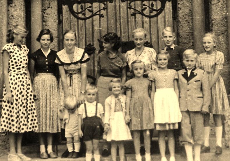 2. Reihe, v.l.n.r.: Ingeborg Linde, Sieglinde Wucherer, Irmgard Kelber, Erika Linde, Ursula Kelber, Dieter Linde, Dorothea Kelber.Vorne:Wolfgang und Rudolf Kelber, Hildegard Wucherer, Mechthild Kelber, Gisela Wucherer, Gerhard Kelber.