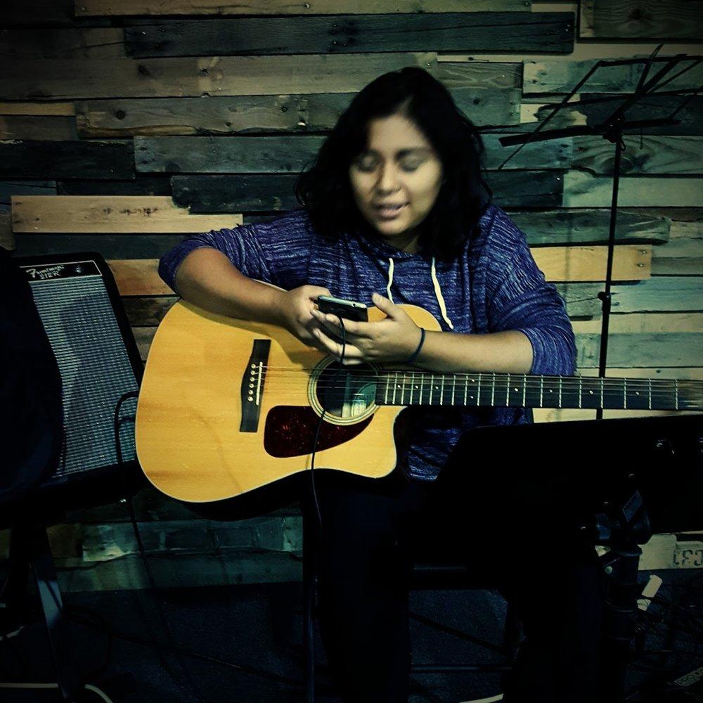 Dayanara Guitarra.jpg
