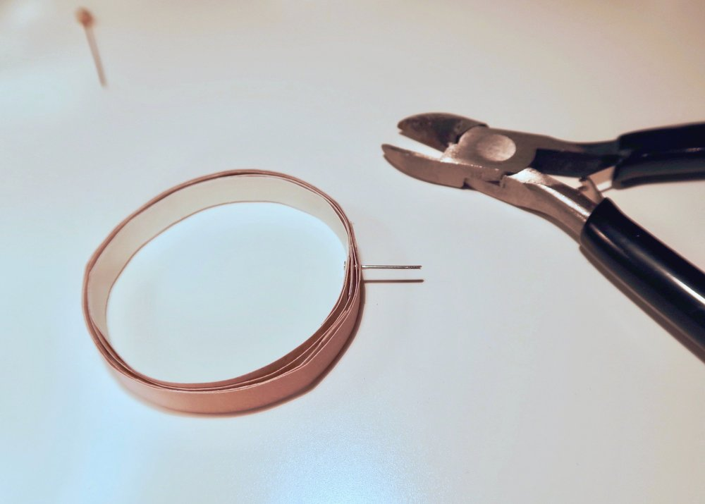 6. - Next, trim the headpin with wire cutters so that there is about 1cm sticking up from the outside of the loops.
